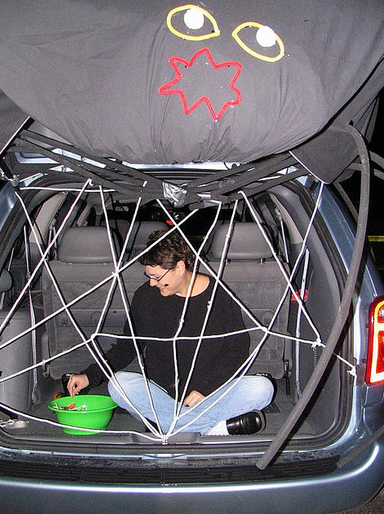 spider web clever trunk or treat ideas