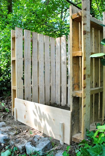 compost bin made with shipping pallets